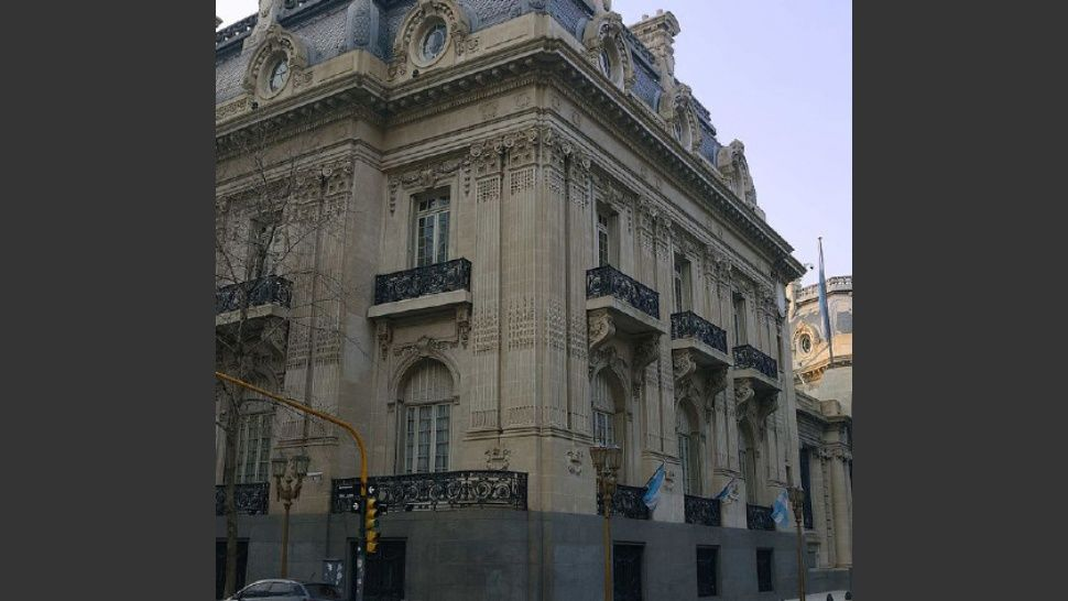 Ajuste en Cancillería: cierran embajadas y recortan personal diplomático en el exterior